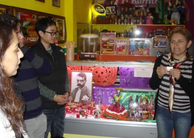 Asociacion-Cuahtemoc-Emiliano-Zapata-Mini-Altar-2012-Blanca explicando las reglas del concurso la Calaverita y su Burrito_800x533