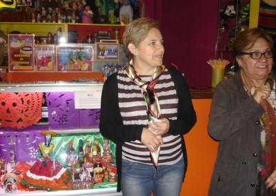 Asociacion-Cuahtemoc-Emiliano-Zapata-Mini-Altar-2012-Blanca y Rocio inaugirando el altar_800x533