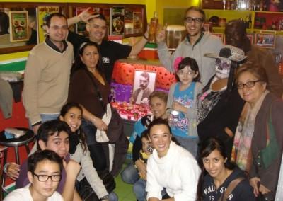 Asociacion-Cuahtemoc-Emiliano-Zapata-Mini-Altar-2012-Foto en grupo con el premio del concurso_800x533