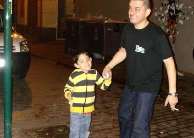 Asociacion-Cuahtemoc-Emiliano-Zapata-Mini-Altar-2012-Mario y su hijo buscando la pista_533x800